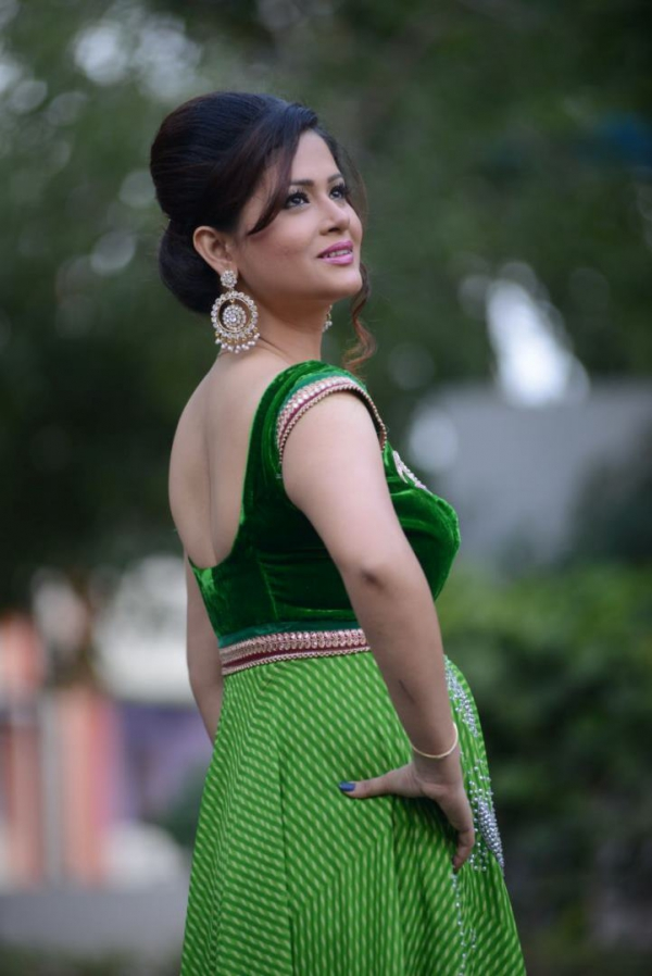 anchor-shilpa-chakravarthi-stills-in-green-dress anarkali dress