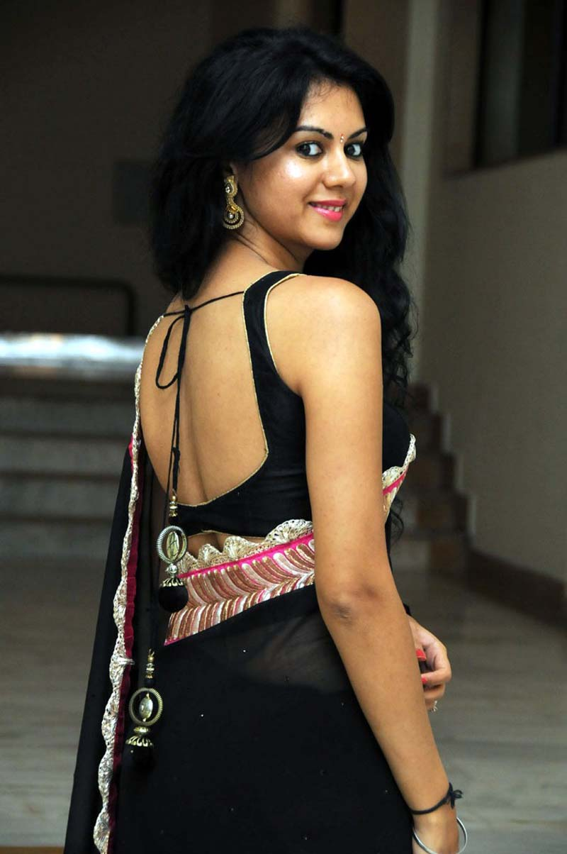 kamna-jethmalani-in backless saree blouse