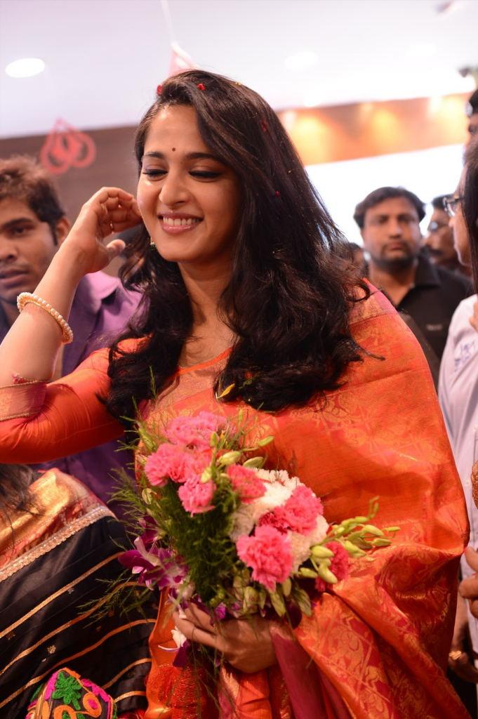 Anushka Launches Kalamandir Showroom Photos