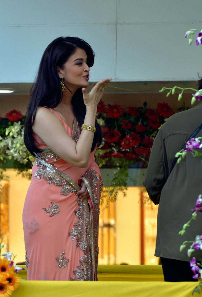 aishwarya rai in sleeveless saree blouse